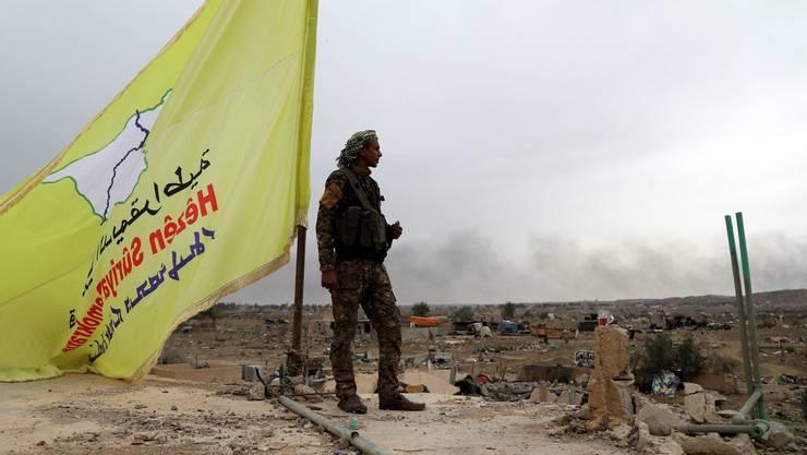 Ein Kämpfer der Syrischen Demokratischen Kräften nach dem Sieg über die letzte IS-Bastion in Baghuz.