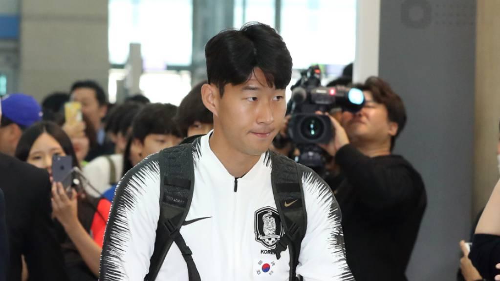 Südkoreas Superstar Heung-Min Son vor dem Abflug am Flughafen in Seoul.