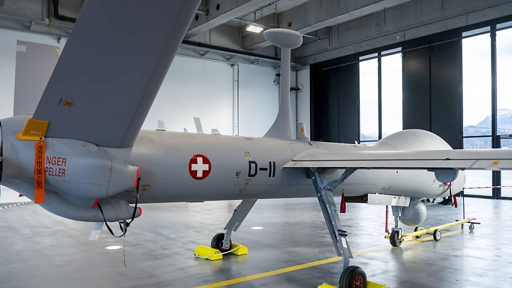 Eine der Drohnen des Typs Hermes 900 HFE auf dem Militärflugplatz in Emmen. (Archivbild)