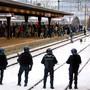 Bei der letzten grosse Anti-WEF-Demonstration in Graubünden wurden die Teilnehmer 2004 in Landquart eingekesselt (Archivbild).  Der bevorstehende Trump-Besuch in Davos mobilisiert die Demonstranten wieder.
