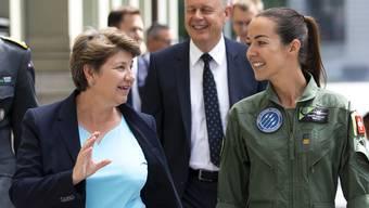Sie weibeln für neue Kampfjets: Verteidigungsministerin Viola Amherd, Pilotin Fanny Chollet, Armeechef Thomas Süssli (l.) und Rüstungschef Martin Sonderegger auf dem Weg zur Pressekonferenz (Bern, 26. Juni 2020).