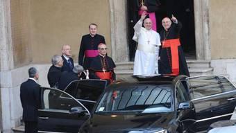 Ein letztes Mal winkt er der Menge zu, bevor Papst Franziskus ins Auto steigt