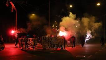 Die Demonstranten zogen mit Petarden durch die Stadt. Dabei griffen sie auch die Polizei an.