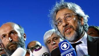 Dem früheren «Cumhuriyet»-Chefredaktor Can Dündar (rechts) drohen in der Türkei bis zu 15 Jahre Gefängnis.