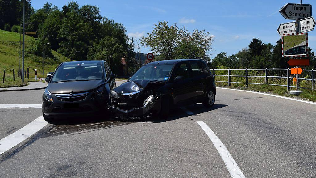 Eine Autofahrerin hat in Speicherschwendi AR beim Abbiegen ein entgegenkommendes Fahrzeug übersehen. Bei dem Unfall wurde niemand verletzt.