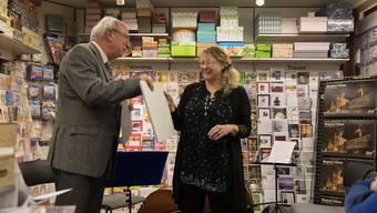 Martin Binkert übergibt Kathrin Trittenbach einen Kalender.