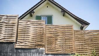 Blick auf das Haus, in welchem im August 2015 ein Kleinkind tot aufgefunden worden war. Die Eltern stehen seit Dienstag in St. Gallen vor Gericht. (Archivbild)