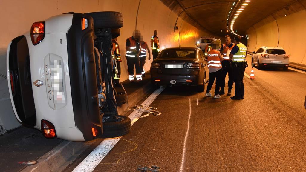 Auto überschlägt sich bei Unfall in Rosenbergtunnel