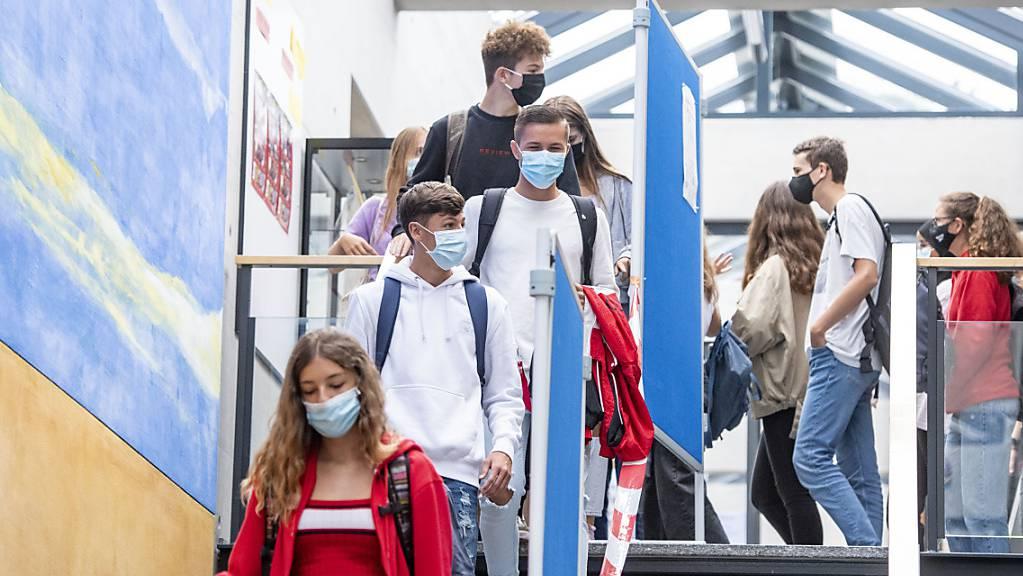 Luzerner Schülerinnen und Schüler kommen auch nach den Ferien wieder in die Schulhäuser zum Unterricht. (Archivbild)