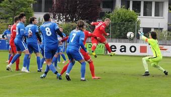 Thomas Husi im Tor des FC Olten pariert den Kopfball von Dietikons Aussenläufer Blazenko Klaric.