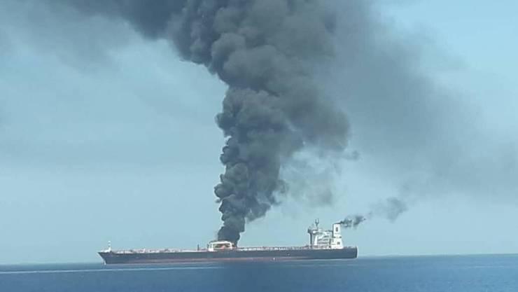 """Das Bild zeigt den brennenden Tanker """"Front Altair""""."""