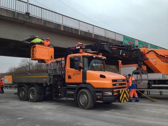 Die Schäden der Brücke werden nach dem Unfall inspiziert.