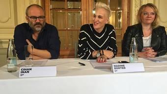 Stiftungsratspräsidentin Nadine Borter (Mitte) präsentiert die Vertragsverlängerung von Schauspieldirektor Cihan Inan. Rechts im Bild: Schauspielerin Milva Stark.