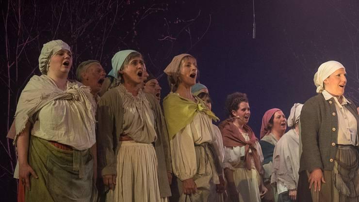 «Häxe, Häxe, Häxe», singt der Chor und das Orchester begleitet mit dumpfen Klängen.