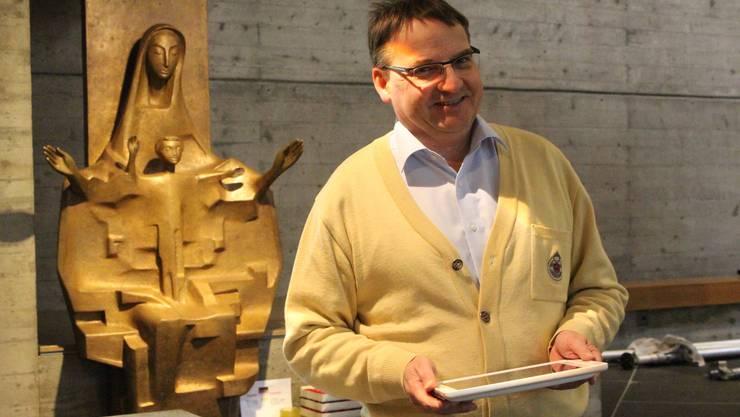 Pfarrer Kurt Vogt steuert die Lichtverhältnisse in der Kirche St. Josef.