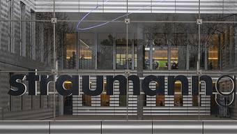Das Basler Medizinaltechnik-Unternehmen Straumann hat mehr verkauft und in der Schweiz neue Arbeitsplätze geschaffen. (Archivbild)