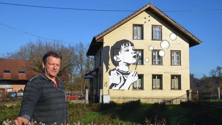 Willi Staubli vor dem Haus mit dem Fassadenbild von Barbara Enzler im Hasli in Muri. Das Kunstwerk gilt als «störendes Element im Erscheinungsbild des Weilers»