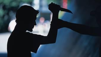 Zwei Angreifer attackierten den Mann mit Messern.