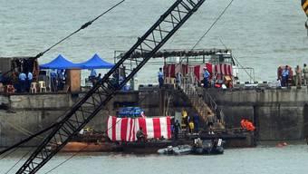 Bergungsarbeiten im Hafen von Mumbai