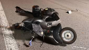 Der Motorroller kam aus ungeklärten Gründen abrupt von seiner Spur ab und kollidierte mit der Mittelleitplanke.