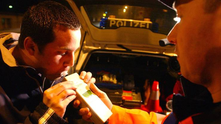 2,85 Promille Alkohol mass die Polizei im Blut des Beschuldigten, als sie ihn im Juni 2013 nach einer betrunkenen Irrfahrt durch Oberengstringen festnahm. (Symbolbild)