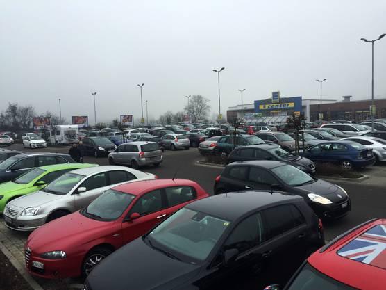 Auf dem Parkplätzen im Laufenpark kreisen die Autos