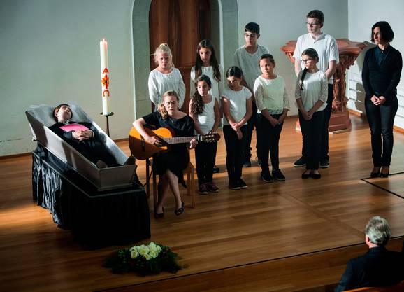 Liebevolle Geste bei der Abdankung: Nurit Hirschfeld als Rikki Bachmann, gibt ein letztes Konzert für Severin (Antonio R. Luque, im Sarg).