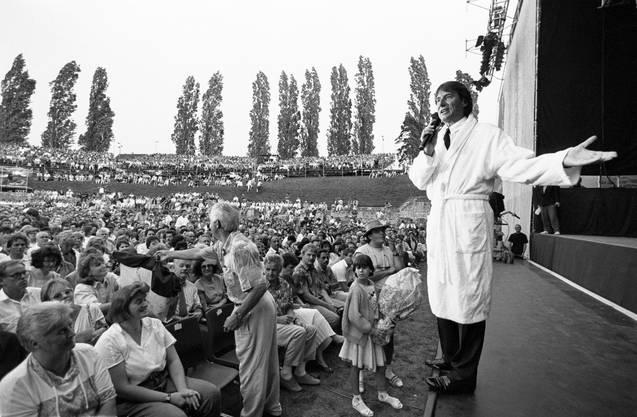 Am 30. Juni 1992 trat Udo Jürgens im Bademantel vor das Publikum im Amphitheater in Windisch - und erklärt, das Konzert werde etwas später beginnen.