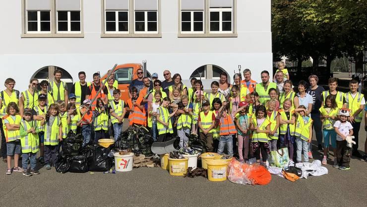 Die fleissigen Helfer nach der Sammelaktion mit Abfallsäcken und Fundstücken.
