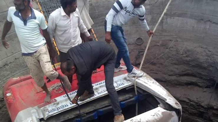 Bei einem Busunfall starben 26 Menschen in Indien. Der Bus stiess im westindischen Bezirk Nashik mit einer Motor-Rikscha zusammen und stürzte daraufhin in einen Schacht.