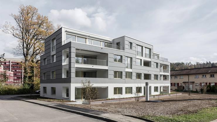 Über 1000 Solarplatten in derselben Grösse bedecken die Fassade des Zukunftshauses in Zürich-Leimbach.