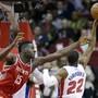 Houstons Center Clint Capela beim Rebounden gegen Detroits Glenn Robinson