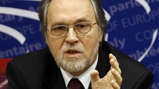 Die albanische Familie verlangt von Dick Marty eine Entschädigung von rund 260'000 Franken (Archiv)