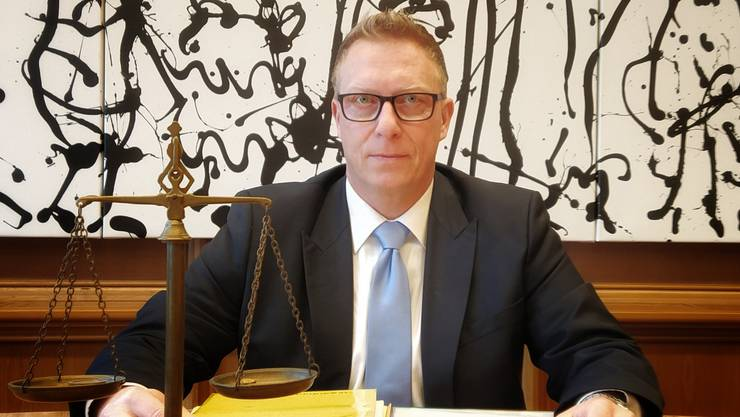 Daniel Aeschbach im grossen Saal des Bezirksgerichts Lenzburg