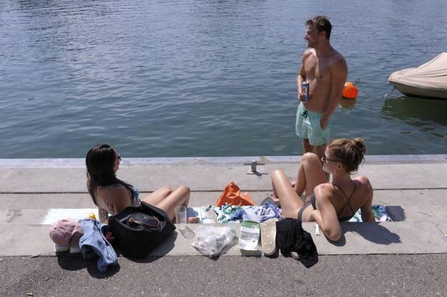 ...während Tara (links) und Rea mehrere Stunden in der prallen Sonne verbringen