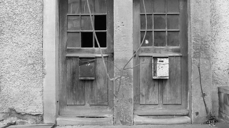 Mit den Doppeltüren wurde eine Bestimmung umgangen, wonach Juden und Christen nicht beieinander wohnen sollten. Zwei Eingänge ermöglichten ein friedliches Nebeneinander.