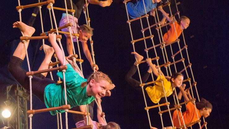 Impressionen von der Premiere des Cirque Jeunesse ARABAS: Junge Akrobaten an der Strickleiter.
