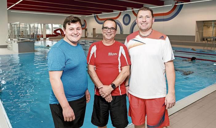 Die Badmeister Andy Dal Molin, Roger Fuchs und Daniel Scheibler an ihrem erneuerten Arbeitsplatz.