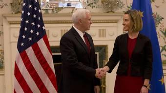 US-Vizepräsident Mike Pence (l.) mit der EU-Aussenbeauftragten Federica Mogherini in der US-Botschaft in Brüssel.