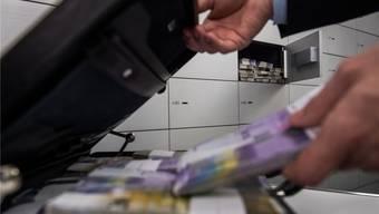 Im Tresorraum einer UBS-Filiale erbeutete ein Gauner mit einem Trick einen Koffer voller Geld. TI-Press/Keystone