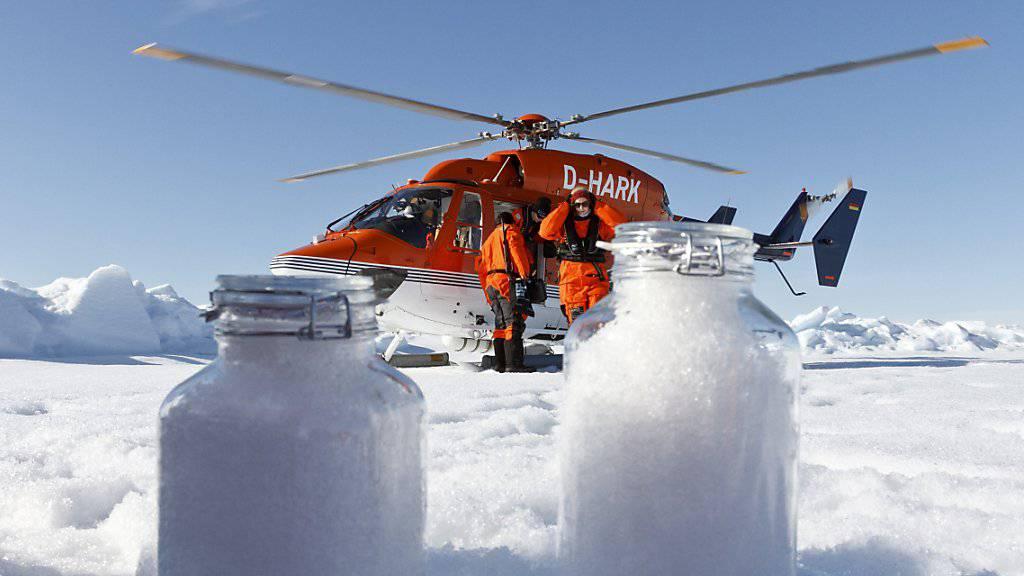 Wissenschaftler des Alfred-Wegener-Instituts nutzen die Bordhelikopter des Forschungseisbrechers Polarstern, um Schneeproben auf dem Meereis zu nehmen. Selbst in der Arktis enthält der Schnee Mikroplastik.