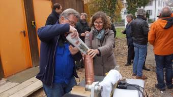 Wilfried Geissmann, Vorstandsmitglied vom Verein Schlössli, füllt zusammen mit der ehemaligen Einwohnerratspräsidentin Ariane Gregor die Zeitkapsel für zukünftige Generationen. Dominic Kobelt