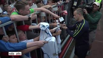 Hunderte einheimische Fans schrien sich die Kehle aus dem Leib für ein Autogramm von Xherdan Shaqiri.