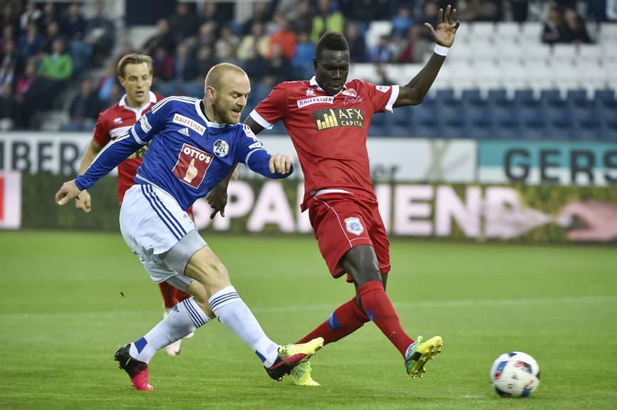FCL-Stürmer Marco Schneuwly (links) gegen Sions Birama Ndoye