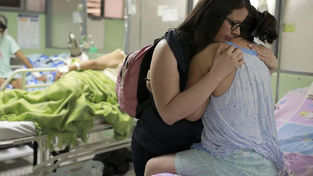 Eine am Guillain-Barré-Syndrom erkrankte Frau in Kolumbien: Französische Forscher haben ein Zusammenhang zwischen der Nervenkrankheit und dem Zika-Virus gefunden. Eine Verbindung war vermutet worden. (Archivbild)