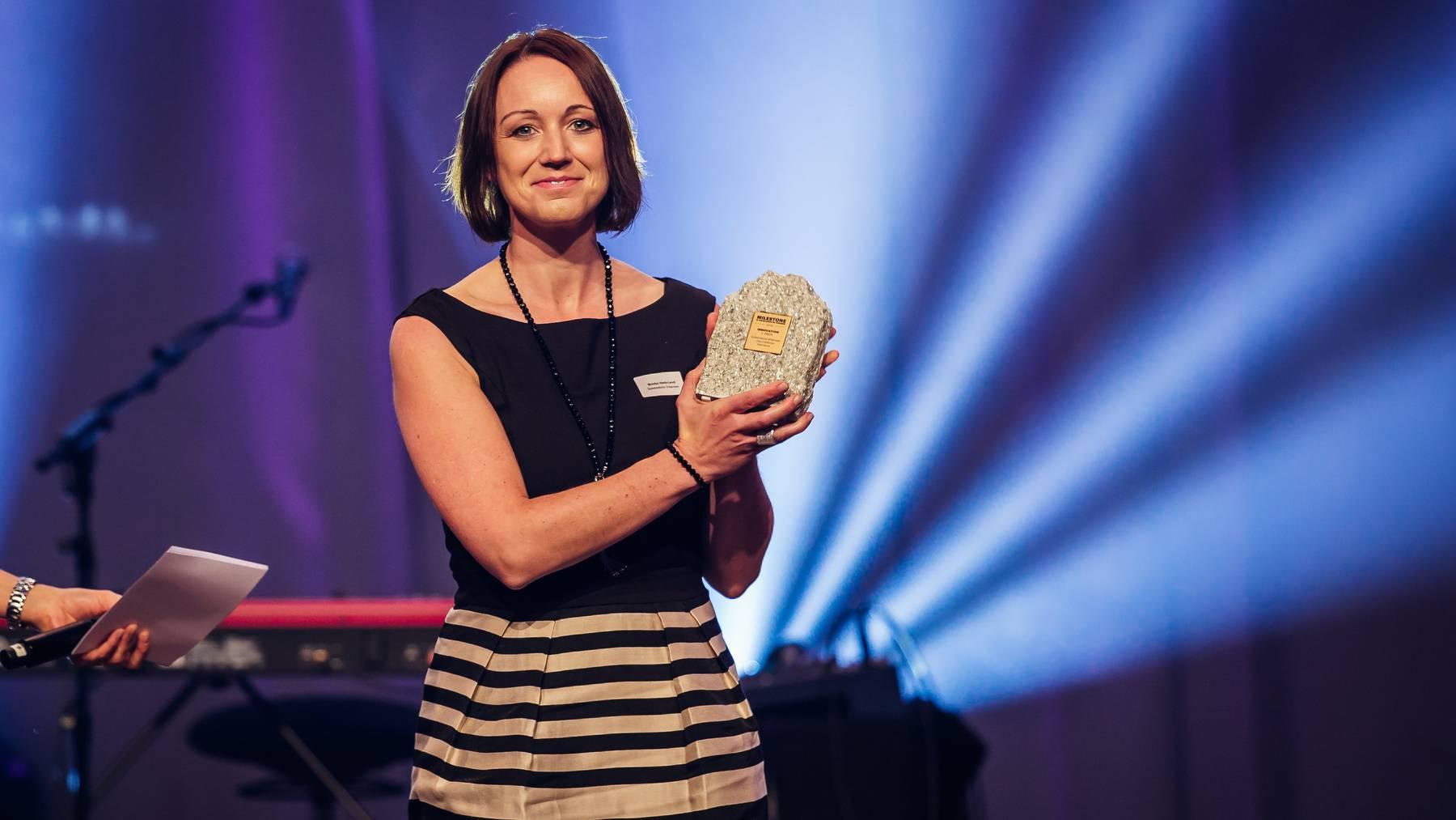 Monika Heeb-Lendi, Präsidentin des Vereins Spielerlebnis Walensee, durfte den Preis entgegennehmen.