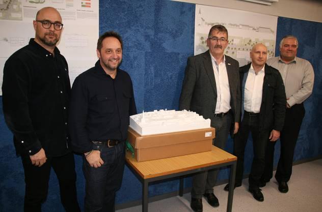 Die Architekten Gilles Dafflon und Ralph Blättler mit Gemeindeammann Mario Hüsler, Vize Urban Erdin und Walter Tschudin, von links.