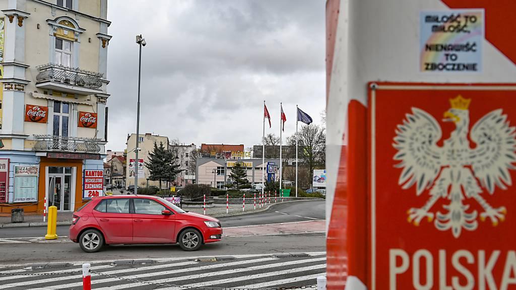 ARCHIV - Ein Grenzpfeiler in den Nationalfarben Polens steht nahe dem Grenzübergang Stadtbrücke zwischen dem polnischen Slubice und Frankfurt (Oder) in Brandenburg. Foto: Patrick Pleul/dpa-Zentralbild/dpa