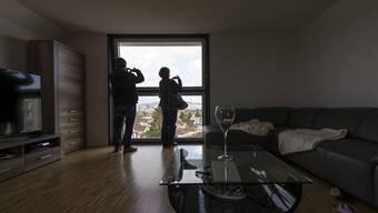 Eine bezahlbare, aber angemessene Wohnung finden - für von Armut betroffene Schweizer ist das eine Herausforderung.