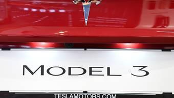 Mit dem Tesla Model 3 rangiert erstmals ein Elektroauto unter den fünf meistverkauften Automodellen der Schweiz. (Archivbild)